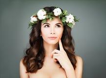 Girl di modello piacevole con capelli e pelle sani fotografia stock