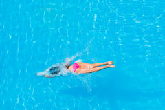 Girl diving in the swimming pool Royalty Free Stock Photos