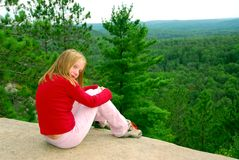 Girl edge cliff Royalty Free Stock Photos