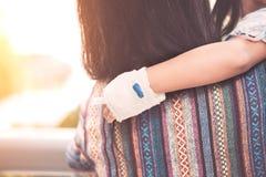 Girl& en difficulté x27 d'enfant ; main de s avec l'intravenous salin et le x28 ; iv& x29 ; égouttement Photographie stock libre de droits