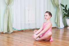 Girl exercising indoor Royalty Free Stock Photos