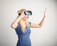 Girl experiencing virtual reality Royalty Free Stock Photos