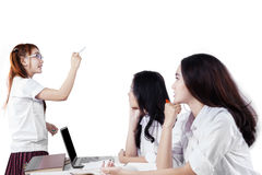 Girl explaining something on her friends Royalty Free Stock Photography