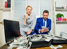 girl financiero lleva a cabo un paquete de placer de los dólares Cuenta de beneficio del dinero Hombre de negocios del hombre y s fotografía de archivo
