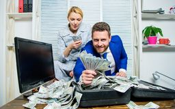 girl financiero lleva a cabo un paquete de placer de los dólares Hombre de negocios del hombre y secretaria de la mujer con los b fotografía de archivo