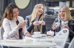 Girl friends drinking coffee Royalty Free Stock Photography