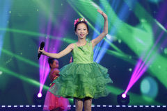 Girl in green sing song and dance Royalty Free Stock Photos