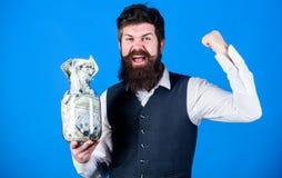 girl h?lt einen Satz Dollarvergn?gen Gesch?ftsmann mit seinen Dollareinsparungen Reichtum und Wohl Sicherheits- und Bargeldeinspa stockbild