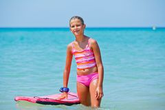 Girl has fun with the surfboard Royalty Free Stock Photos