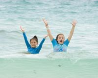 Girl3 hebbend pret in de Caraïbische Zee, Playa Paraiso, Tulum, Mexico stock afbeeldingen