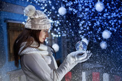 Girl holding a Boule-de-neige Stock Photography