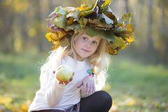 Free Girl In Autumn Park With A Wreath Of Yellow Leaves Stock Photography - 184483502