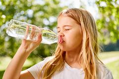 Free Girl Is Thirsty And Drinks Mineral Water Stock Photo - 178518170