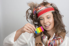 Girl with a knitted hat holding sticky note arrow highlighter ta Stock Photos