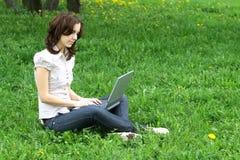 girl laptop nature Στοκ φωτογραφία με δικαίωμα ελεύθερης χρήσης