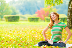 Girl leads a healthy lifestyle practices yoga Royalty Free Stock Photos