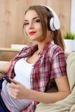 girl listening music pretty young Στοκ φωτογραφία με δικαίωμα ελεύθερης χρήσης
