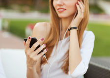 Girl listening to MP3 player Royalty Free Stock Photos