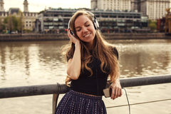Girl listening to the music enjoying with her eyes closed Royalty Free Stock Photos