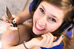 Girl listening tp mp3 player Royalty Free Stock Photo