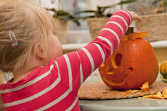Girl making halloween pumpkin Royalty Free Stock Photography