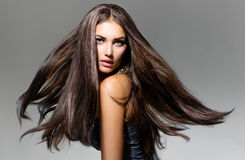Girl modèle avec les cheveux de soufflement Photos libres de droits