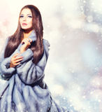 Girl modèle dans Mink Fur Coat bleue Photographie stock libre de droits
