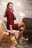 Girl modèle font face avec la peau, le maquillage et les accessoires d'or Femme magique de mode avec le maquillage d'or de vacanc image stock