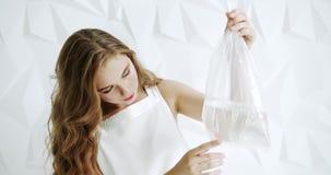 Girl modelo com saco e peixes de água filme