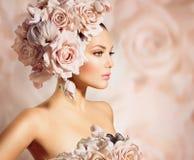 Girl modelo con el pelo de las flores Fotos de archivo libres de regalías