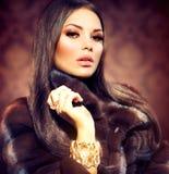 Girl modelo en Mink Fur Coat imágenes de archivo libres de regalías