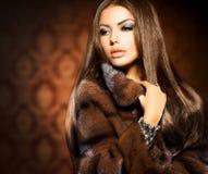 Girl modelo en Mink Fur Coat imagenes de archivo