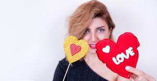 Girl modelo hermoso con Valentine Heart formó el regalo foto de archivo libre de regalías