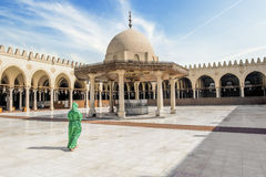 The girl in the national Egyptian attire in the mosque of AMR Ib Stock Photography