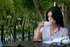 Girl with notepad in cafe Royalty Free Stock Photography