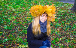 Girl in a park in Wienke of autumn leaves in the park. Close-up. stock images