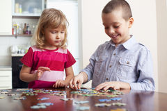Girl, playing puzzles Royalty Free Stock Photos