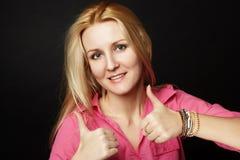 Girl Portrait modelo com olhos azuis e cabelo branco longo mostra as mãos da classe. Mulher da beleza isolada em um fundo preto Foto de Stock