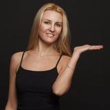 Girl Portrait modelo con los ojos azules y el pelo blanco largo. Mujer de la belleza aislada en un fondo negro Fotos de archivo libres de regalías