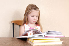 Girl reading book Royalty Free Stock Photography