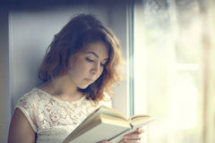 Girl reading a book isolated oriental Royalty Free Stock Photos