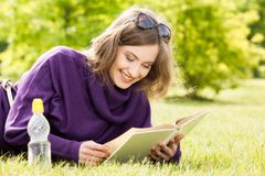 Girl reading a book and relax in the park Royalty Free Stock Photos