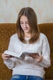 Girl reading a book Royalty Free Stock Photos