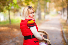 девушка в красном жилете гуляет с д Stock Photography
