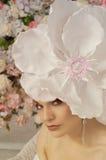 Girl& x27; retrato de s con una flor enorme en pelo Imagenes de archivo