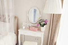 Girl& x27; s与镜子和装饰的梳妆台 库存图片