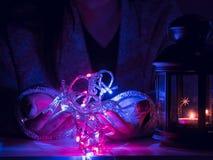 Girl25s à 35s dans la lumière de décoration de prise de tissu d'hiver et le p Photo stock