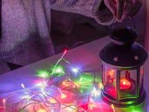 Girl25s à 35s dans la préparation de tissu d'hiver pour Noël c Photo libre de droits