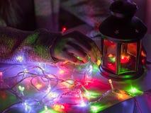 Girl25s à 35s dans la préparation de tissu d'hiver pour Noël c Photographie stock libre de droits