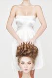 Girl& x27; s-huvud i kvinnliga händer beautyl halloween fotografering för bildbyråer